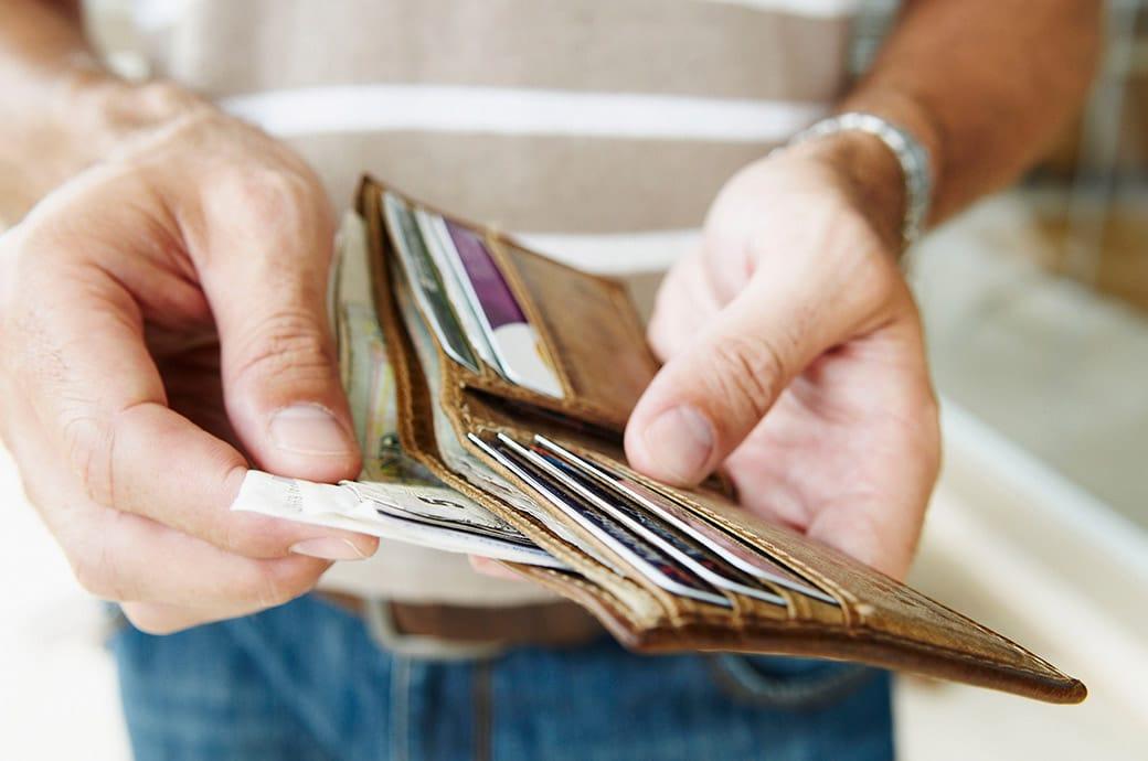 """""""Closeup"""" de alguien sacando facturas de una billetera"""
